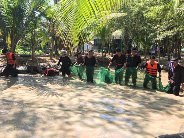 CBNVC tham gia trò chơi bắt cá