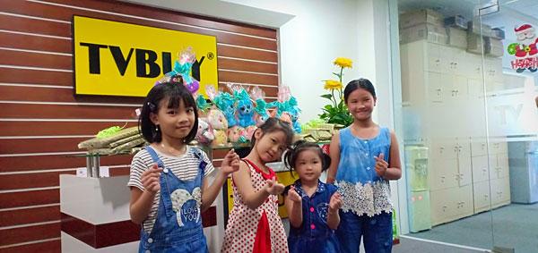 Các bé rất vui khi nhận được quà mà công ty đã chuẩn bị