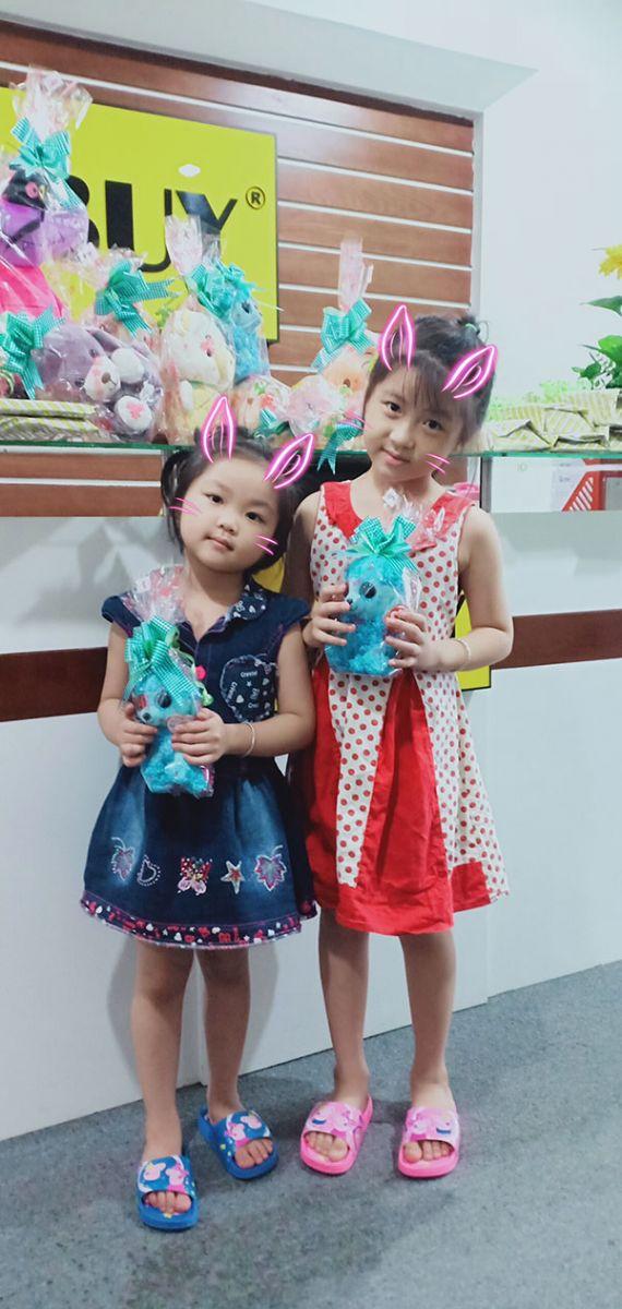 2 chị em rất vui vì nhận được những con gấu bông dễ thương