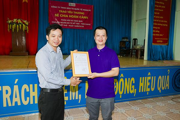 Ông Lê Văn Phong trao tặng giấy ken cho Công Ty TNHH Đầu tư Quốc tế Hoàn Mỹ
