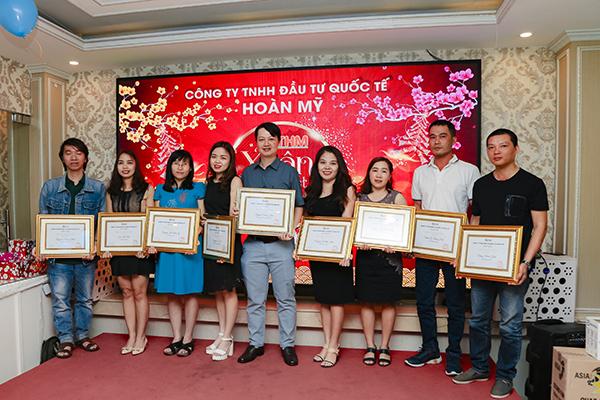 Công ty TNHH Đầu tư Quốc tế Hoàn Mỹ trao bằng khen cho những nhân viên xuất sắc nhất trong năm vừa qua