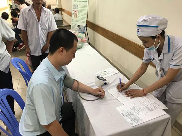 Bác sĩ đang đo huyết áp
