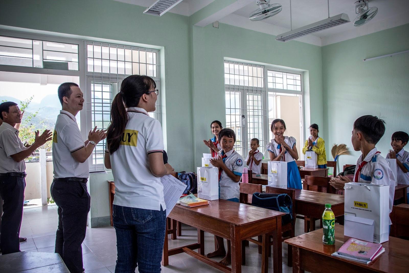 Niềm trong buổi trao học bổng cho các em học sinh  tại lớp học tạm thuộc điểm trường chính