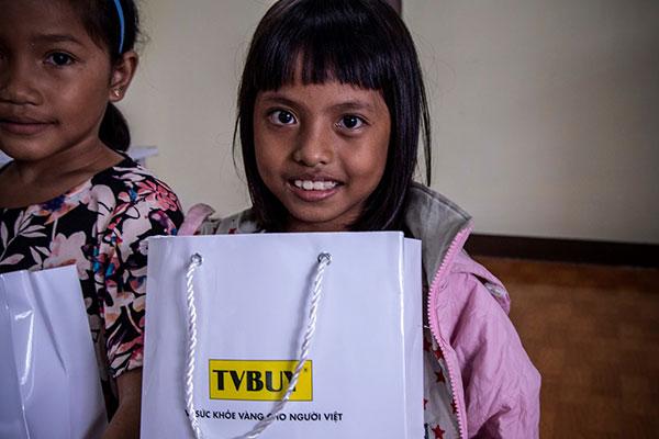 Nụ cười tươi của một học sinh khi nhận được quà